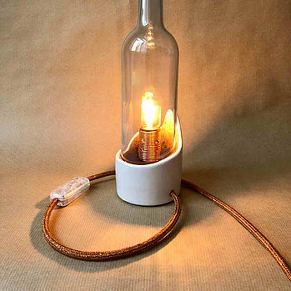 Candeeiro original com base em cerâmica vidrada e campânula de garrafa de vinho reciclada
