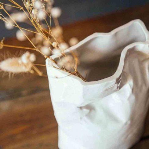 Jarra em cerâmica vidradaem formato de pacote de café