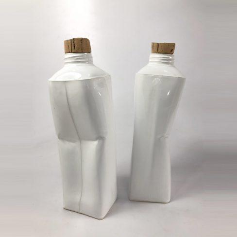 Pacote de leite em cerâmica vidrada