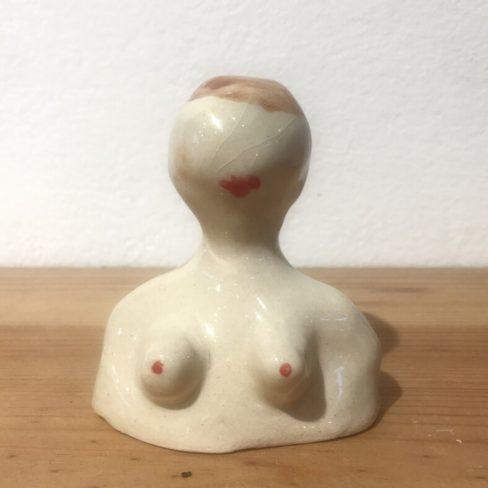 Bustos em cerâmica representativos da figura feminina